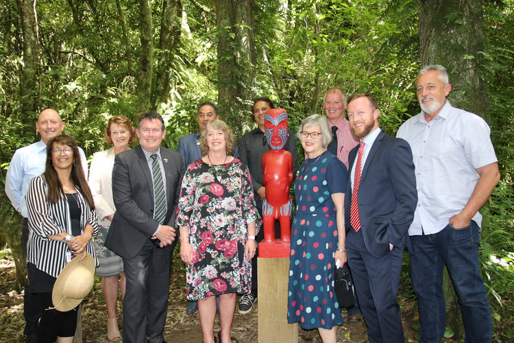 Minister of Conservation opens Te Āpiti – Manawatū Gorge carvings